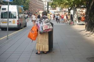Var har denna kvinna tagit vägen i kylan? Hoppas hon har fått tag på bättre skor... Foto: Fatou Touray, afrope.se