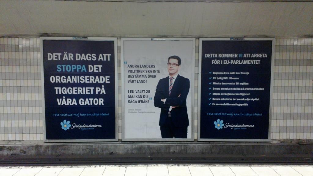 En valaffisch från SD i valet 2014, även den gången i tunnelbanan, mot tiggeri
