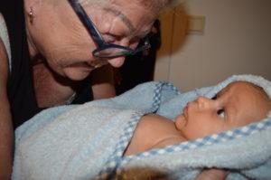 Min fina mamma har en pratstund med mitt fina barnbarn Foto: Fatou Darboe©